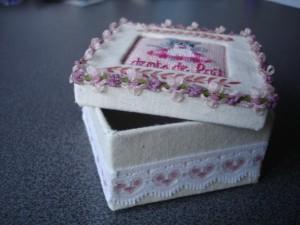 Boîte cartonnée et brodée pour dents de lait dans Broderie dsc04522-300x225