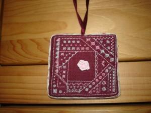 décoration rose/bordeaux dans Broderie dsc05228-300x225